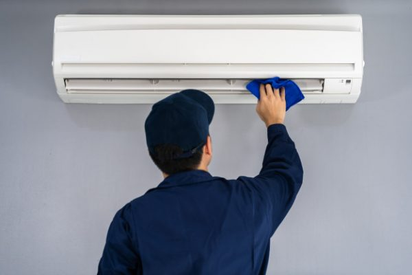 technician-service-cleaning-air-conditioner